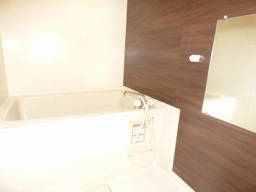 ベルメゾンのリフォーム!床は貼るタイプのフローリング、お風呂の壁も貼るだけのタイプ